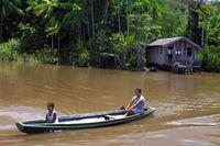 Boot mit Einheimischen auf dem Amazonas