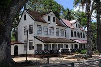 Weiße Häuser in Paramaribo